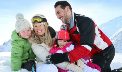 famille heureuse neige