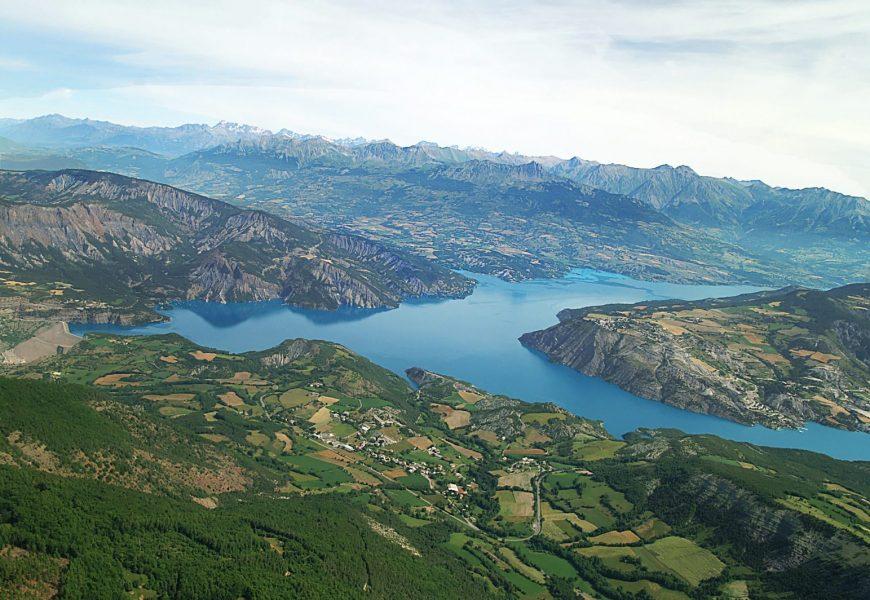 Lac_de_Serre_Ponçon_vu_du_plateau_de_la_chau_Montclar